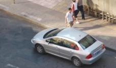 汽车行驶街头图片