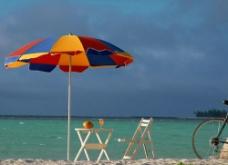 海边遮阳伞图片