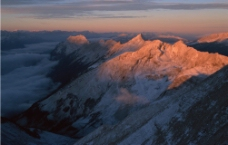 阳光下的雪山图片