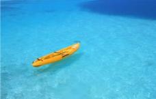 海中小船图片